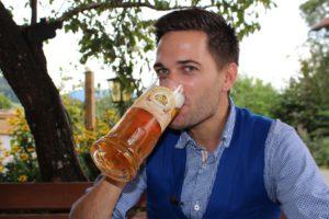 Richard Deutinger genießt das Hoagartenbier der Brauerei Kaltenböck